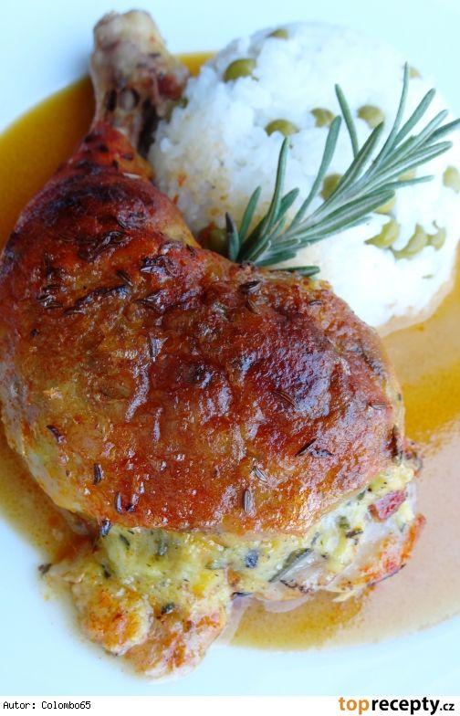 Kuřecí stehna zámecké paní 4 kuřecí stehná 1 paprika 2 rajčata 1 karotka 4 snítky rozmarýnu mletá č paprika sladká sůl celý kmín máslo Nádivka: 1 starý rohlík 1 dl smetany snítka rozmarýnu snítka tymiánu celer a petrž nať 2 plátky prorost slaniny 1 vejce sůl pepř muškátový oříšek Stehna osolíme, odpočinout. Vytvoříme nádivku, lžičkou plníme podkožní kapsy stehen, rajčata, karotku i papriku okolo. Okořeníme, plátek masla. Podlijeme, přikryté pečeme 60 min odkryté  20 min