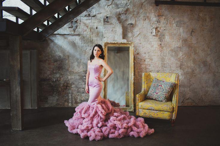 Платье нежно-розового цвета с силуэтом русалки и пышным шлейфом-облаком. Универсальный размер. Корсет на шнуровке. Длинный шлейф.