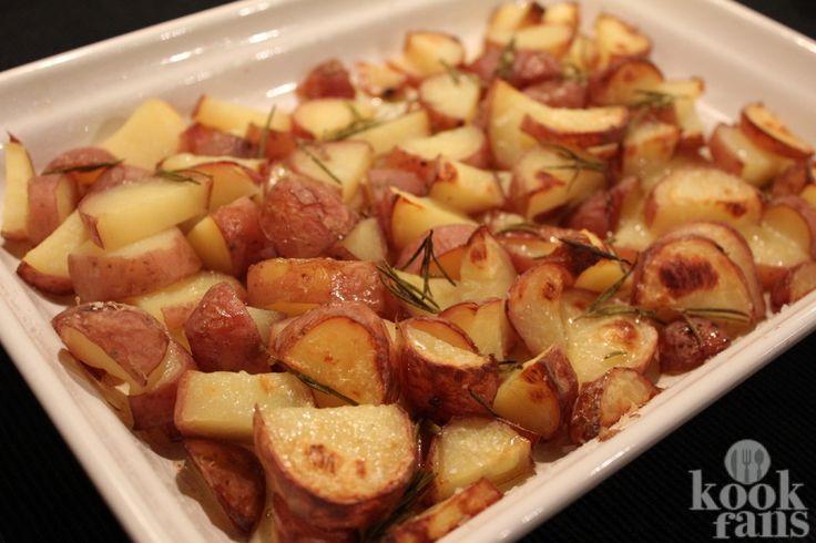Erg lekker, deze oven-gebakken aardappelen! Aardappelen zijn niet weg te denken uit de Nederlandse keuken. Elke bewoner van ons land heeft er een zwak voor en eet ze het liefst elke avond.  De aardappel is vanuit Zuid-Amerika naar Europa gebracht door Spaanse ontdekkingsreizigers. Waarschijnlijk