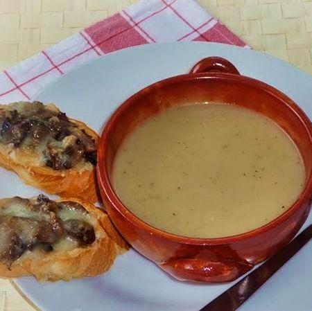 Egy finom Fokhagymaleves sajtos-gombás pirítóssal ebédre vagy vacsorára? Fokhagymaleves sajtos-gombás pirítóssal Receptek a Mindmegette.hu Recept gyűjteményében!