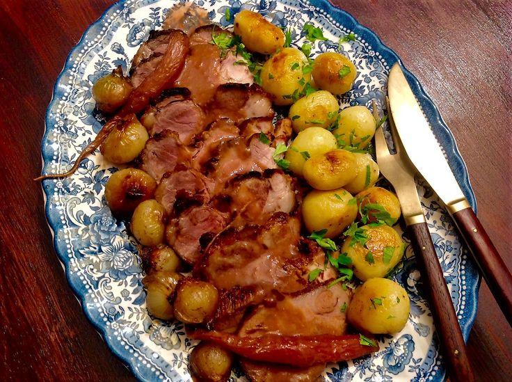Redondo de cerdo con cebolletas glaseadas y patatas parisinne