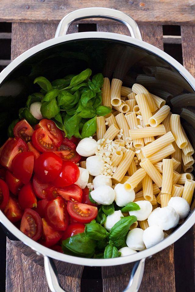 Werbung One Pot Pasta mit Tomaten und Mozzarella? Nudeln, die mit sonnengereiften Tomaten, Basilikum, Gemüse-Fond und Knoblauch in nur 15 Minuten zum perfekten Sommer-Abendessen verschmelzen? Dazu Moz