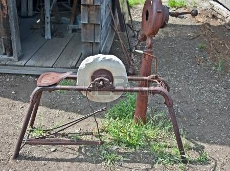 Dit is een oude Amerikaanse vintage slijpsteen voor het slijpen van gereedschap en landbouwmachines Het heeft een roestige stoel voor de persoon met behulp van deze photo