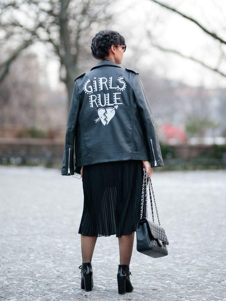 """Diana Buenger von """"The Fashion Anarchy"""" wurde während der Berlin Fashion Week in dieser Statement-Lederjacke abgelichtet. We like a lot."""