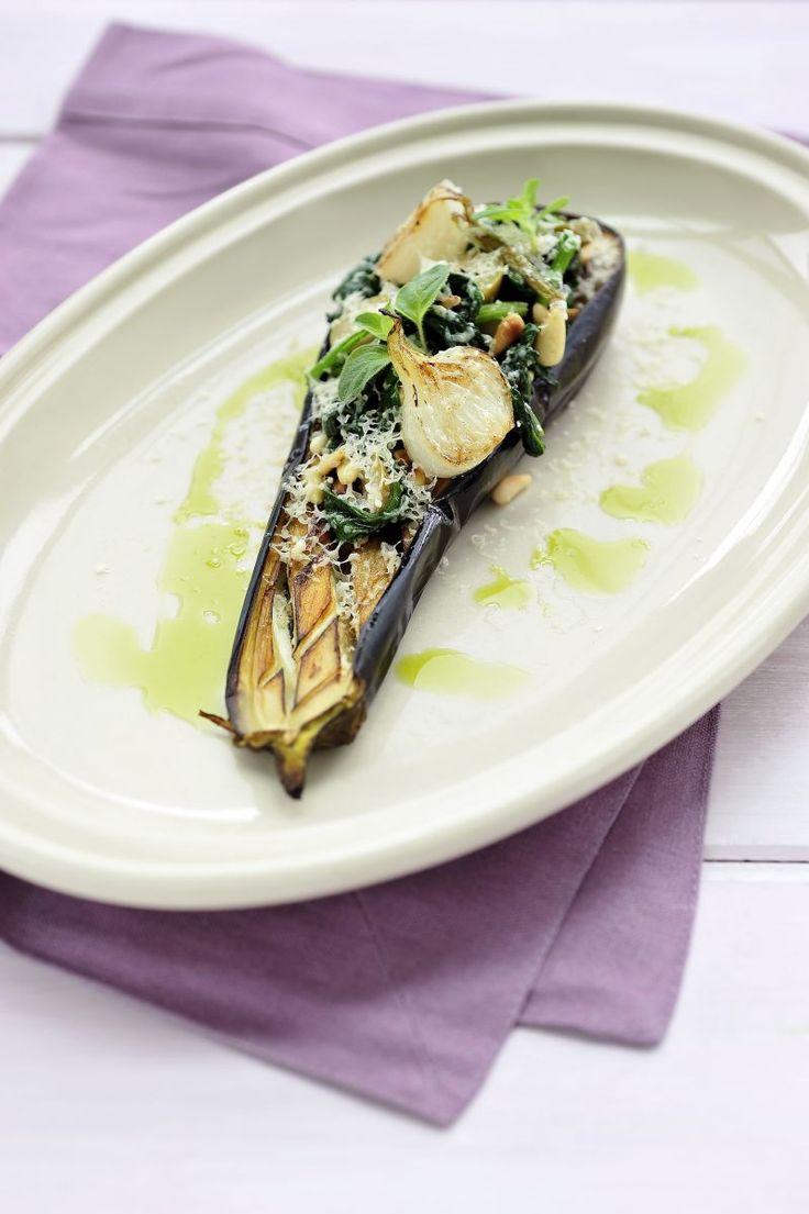 Geroosterde aubergine met salade van spinazie  https://njam.tv/recepten/geroosterde-aubergine-met-salade-van-spinazie