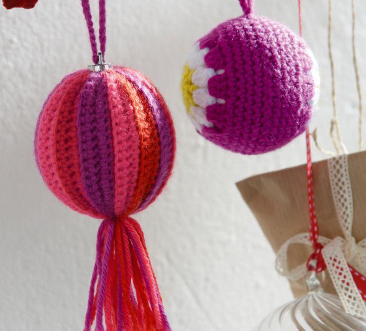 Apportez de la couleur avec cette jolie boule de Noël et son gland en finition. Ce modèle original est crocheté en ' laine partner 3.5 ', coloris fuchsia, vermillon et grenadine.Modèle N°15 du catalogue N°604 : Automne/Hiver 2015, Noël home made.