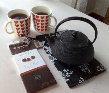Teetä kahdelle.  Haudutetaan hyvää teetä (esim. Lapsang Souchong, Pu-erh) teepannussa.  Nautitaan kiireettömästi illansuussa hyvän tumman suklaan kera.