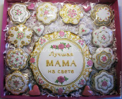 Купить или заказать Пряничный набор Подарок для мамы в интернет-магазине на Ярмарке Мастеров. Подарочный набор для мамы стал прекрасным, индивидуальным, незабываемым подарком на День рождения. Пряники выполнены и расписаны в стиле барокко. ______________ Все прянички в моем магазине не только красивые ,но и очень вкусные! Для того, чтобы первыми получать информацию о новинках моего магазина, кликните по кнопке 'Добавить в круг'. и Вам на электронный адрес будут поступать извещения о н...