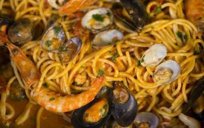 Spaghetti allo scoglio - Ecco la famosissima e tipica ricetta per preparare gli spaghetti allo scoglio, dove potete usare tutti i frutti di mare disponibili sul mercato, dalle cozze e vongole, ai gamberi, agli scampi, ai totani, ai calamari, ai moscardini