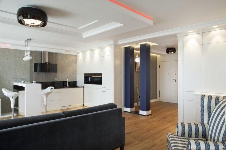 Mieszkanie w stylu klasycznym - luksusowe wnętrze - aranżacja wnętrz w stylu klasycznym. Zobacz więcej na www.amarantowestudio.pl  Klasyczne wnętrze - Kuchnia otwarta na salon