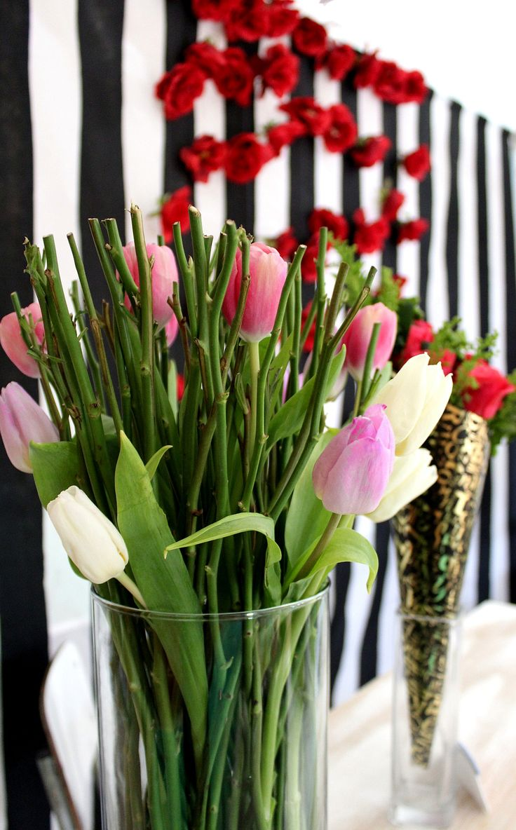 Tulipanes entre tallos de rosas.