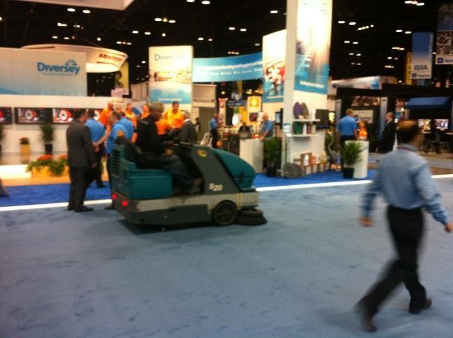 Barredora Tennant S20 en ISSA Chicago 2012, la Feria de la Limpieza, limpia con barredoras Tennant