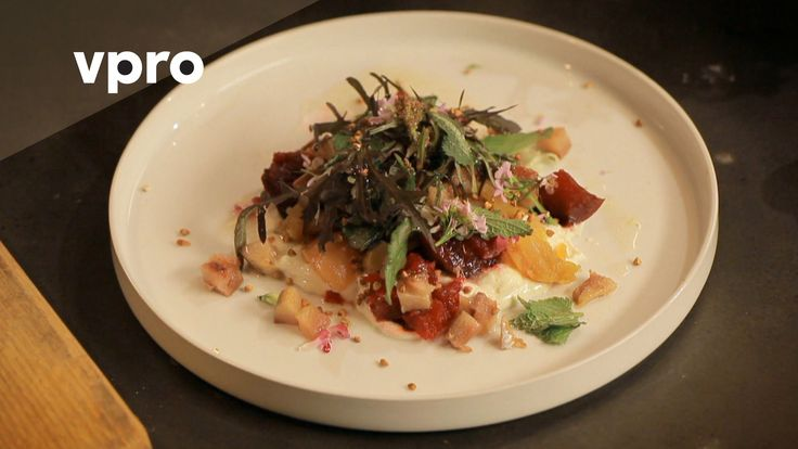 Hoe maak je salade met citroenhangop? In deze kookvideo maakt Yvette van boven het gerecht salade met spekbokking en citroenhangop van melk uit Weesp. De ing...