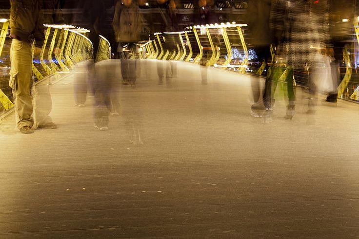 """Artista: Yanni Eleftherakos, """"Puente"""", fotografía digital impresa a color, 2010."""