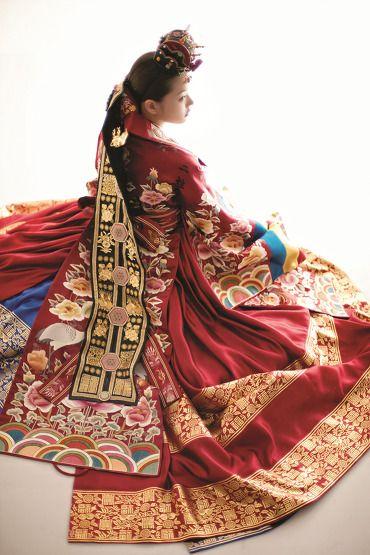 한복린  전통적인 붉은색 활옷, 금박을 장식한 청홍 대란치마와 활옷의 수가 화려함의 절정을 보여준다.  금박과 보석으로 장식한 도투락 댕기와 화관, 금부 용잠이 귀족적인 멋을 더한다.
