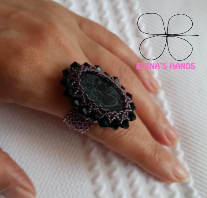 """Un anello fatto interamente a mano con rocailles toho, biconi neri e un chabochon centrale pirografato con una testa da donna che odora una rosa e che io l'ho chiamato """"mademoiselle&#82…"""