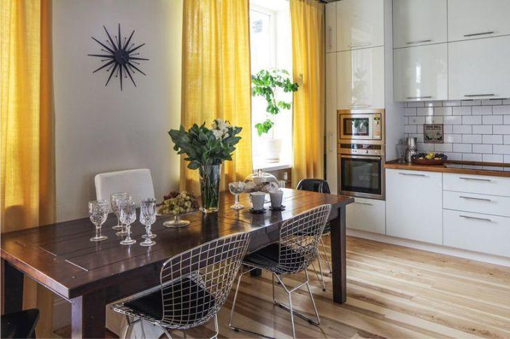 Белая кухня с желтым цветовым акцентом