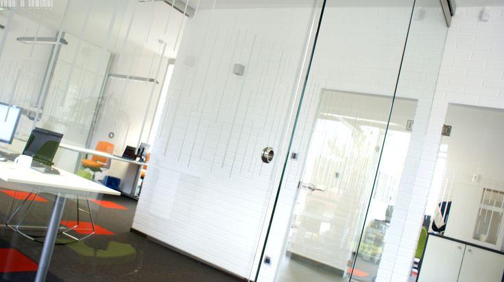 A functional sliding system can successfully replace a glass door. A functional sliding system can successfully replace a glass door. Elegant, minimalist handles will add style to it. | Funkcjonalny system przesuwny może z powodzeniem zastąpić szklane drzwi. Stylu dodadzą mu eleganckie, minimalistyczne uchwyty. / Glass fittings: CDA Poland | Okucia do szkła: CDA Polska
