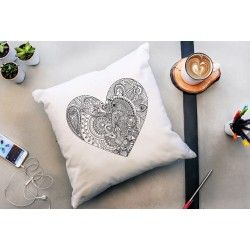Totalement dans la tendance actuelle, le coussin « MON CŒUR » plaira à coup sûr aux fans de déco et de coloriage ! Avec un soupçon de créativité, il deviendra un accessoire déco personnalisé. Amusant à colorier, il est le cadeau de St-Valentin parfait à offrir ou … à s'offrir !