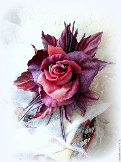 Купить или заказать Джинсовая брошь - роза в интернет-магазине на Ярмарке Мастеров. Брошь в виде розы выполнена из джинсовой ткани и японской органзы с золотым отливом. Детали выкрашены в глухие осенние бордовые, красные и фиолетовые оттенки. Немного тонированы золотом. Тычинки также бордовые с золотом. Брошь декорирована трубочками и листьями. Крепёж универсальный (булавка+зажим), что позволяет крепить брошь и на волосы, на ободок, на пояс платья, на шторы.