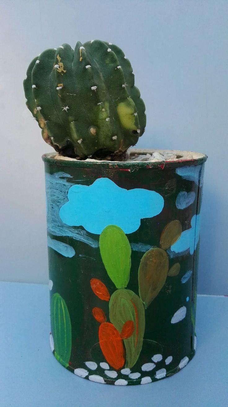 Lata reciclada pintada a mano. Son geniales para cactus y suculentas. Por Ricardo Stefani