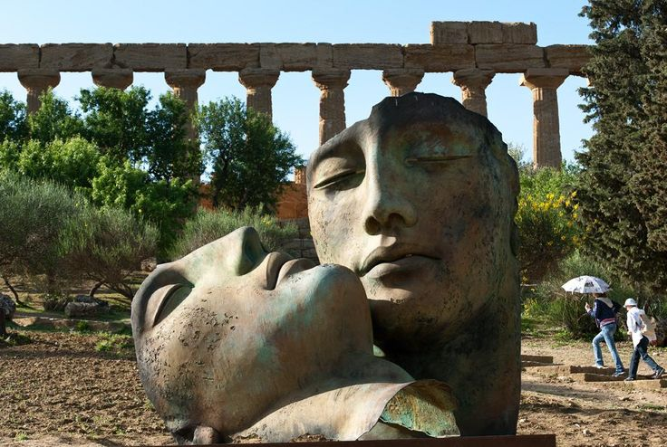 Agrigento. Valle dei Templi, Igor Mitoraj - Hermanos, in sec. piano Tempio di Giunone - id: 9885