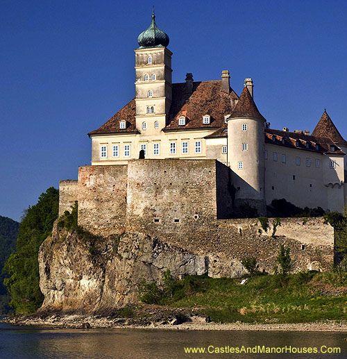 Schloss Schönbühel (Schoenbuhel Castle), Schönbühel-Aggsbach, below Melk on the right bank of the Danube, Austria....     http://www.castlesandmanorhouses.com/photos.htm    .....    The origins of the castle date from the early 12th century.
