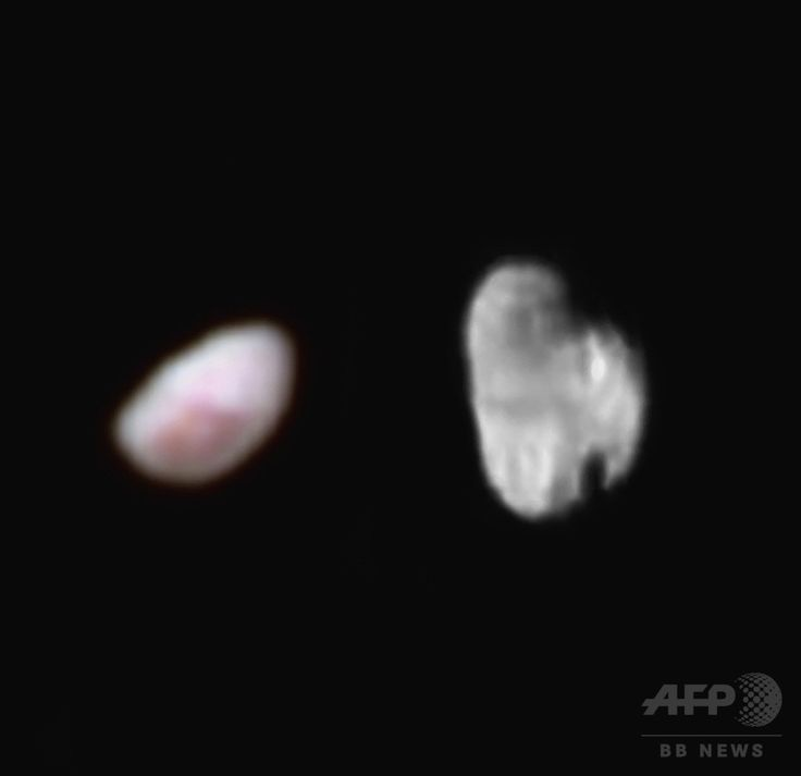 米航空宇宙局が公開した、冥王星の衛星ニクス(Nix、左)とヒドラ(Hydra、右)のコンボ画像。撮像装置ラルフで撮影され、色味が強調されたニクスには赤みがかった模様が見える。ヒドラは同ロリーが撮影。モノクロ画像で公開(2015年7月14日撮影、同21日提供)。(c)AFP/HANDOUT-NASA/JHUAPL/SWRI ▼27Jul2015AFP|【写真特集】冥王星、探査機が最接近 明らかになるその姿 http://www.afpbb.com/articles/-/3054541 #Nix #نيكس #冥卫二 #冥衛二 #نیکس #Никта #닉스 #Hydra #هيدرا #冥卫三 #冥衛三 #هیدرا #Гидра #Hidra #히드라