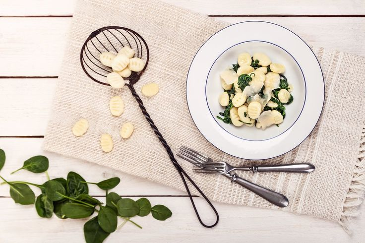 Positive year with spinach gnocchi•200g millet dough mixture•200ml milk•150 g cheese•1egg•80-100g bacon•100g fresh spinach•a little butter•salt and pepper.Procedure:In butter fry slices of bacon. In empty pan toss spinach, pepper, salt and gently let it stew a few minutes. Of all another materials make dough from which shape the gnocchi. Toss to salted boiling water and cook for 3 minutes, until the gnocchi float to us.Well drained gnocchi, add to the pan, toss with spinach & cheese and…