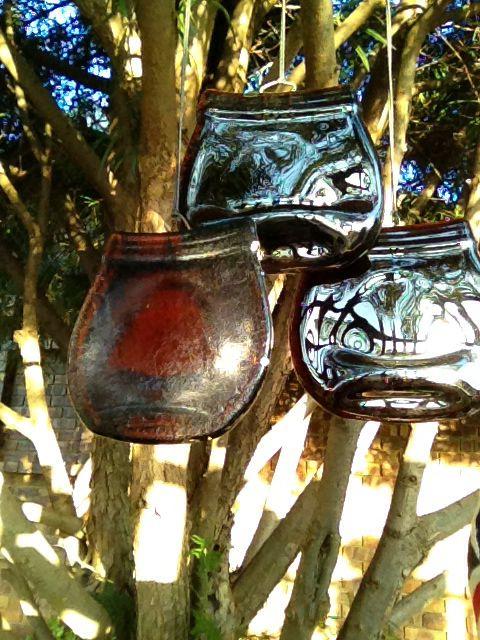 Marmite bottles gaan groen as tuinklokke.  Gemaak deur Alida.