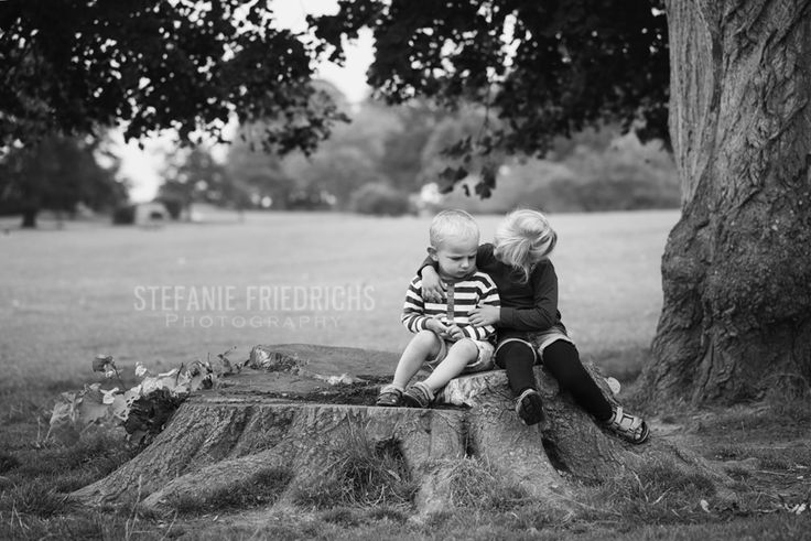 Jeg har endnu en gang haft fornøjelsen af at fotografere Ella, Axel og forældre. Det er så fedt at se deres udvikling fra gang til gang :)  Denne gang mødtes vi i Mindeparken i Aarhus. Det er altid svært for mig at vælge et godt sted til fotografering i Mindeparken, for der er simpelthen så mange! Så bortset fra det første spot, så gjorde jeg som jeg plejer – jeg lader børnene vælge retning. Og de valgte selvfølgelig legepladsen :)