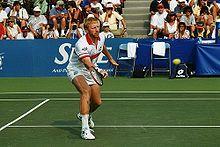 Boris Becker (* 22. November 1967 in Leimen ) ist ein ehemaliger deutscher Tennisspieler. Er gewann insgesamt 49 Turniere im Einzel – darunter sechs Grand-Slam-Turniere, davon dreimal das Turnier von Wimbledon – sowie 15 Titel im Doppel. Er führte 12 Wochen die Weltrangliste an und ist bis heute jüngster Wimbledon-Sieger in der Geschichte des Turniers.