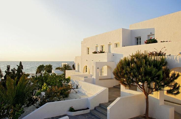 Het 4-sterrenhotel Thalassa Seaside is een fraai en romantisch ogend hotel in typische Griekse stijl. Hier geniet u van een mooi uitzicht op zee.    Thalassa Seaside heeft een wellnesscenter met jacuzzi, sauna en Turks bad. Tegen betaling kunt u genieten van speciale- en massagebehandelingen.     Het hotel beschikt over een buffetrestaurant en beachbar met een typische strandsfeer gelegen aan het lange, mooie, zwartekleurige strand Kamari Beach. Officiële categorie A