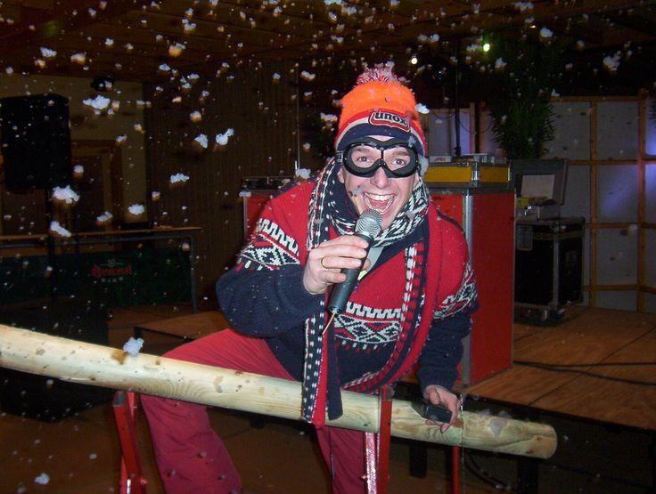 """Après-Ski Party  Buiten is het koud en binnen staat de glühwein al klaar. Alsof je binnenkomt in een stübe bovenop een berg in Oostenrijk. Anton aus Tirol klinkt uit de speakers en iedereen jodelt mee om lekker op temperatuur te komen. Onder het motto """"voor u geen zorgen"""" regelen wij alles wat nodig is op het gebied van entertainment. Geluid, licht, dj, zanger & props. Kies zelf uw eigen locatie want wij verzorgen shows in heel Nederland."""
