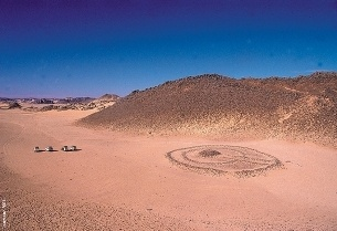 In the Algerian Sahara a number of prehistoric traces of circular rings, rows and mausoleums of stone proves a numerous human presence in the territory, now completely deserted. As in the Negev desert many of these structures can be identified as water devices or monuments related to them.