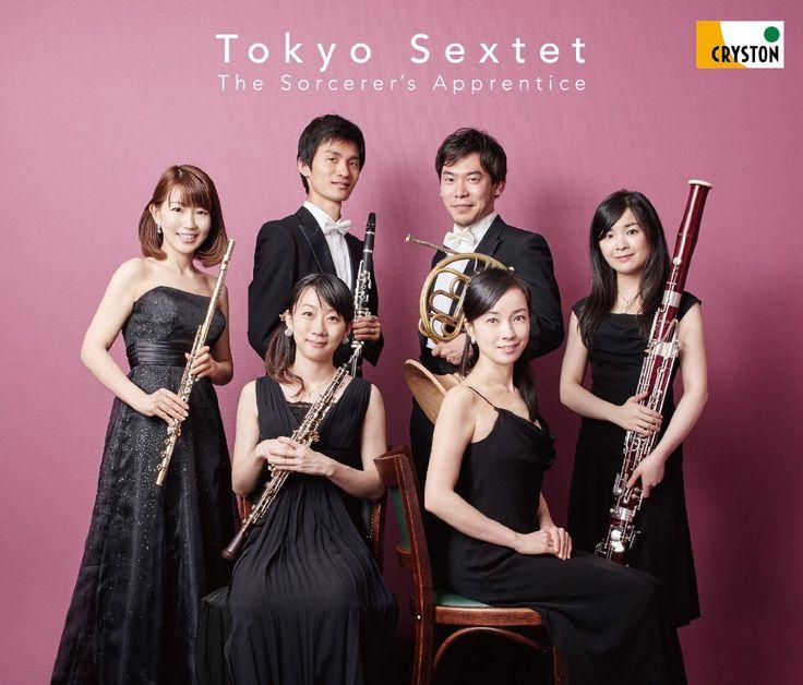 CD◇『魔法使いの弟子-東京六人組 デビュー!-』今をときめく、若き木管奏者たちと気鋭人気ピアニストが、アンサンブルを結成。その名も「東京六人組」です!東京の各オーケストラの首席奏者やソリストたちといった実力バリバリの名手たちによる、まさに夢のようなアンサンブルです。発売日:2015年10月23日 価格:3,000円(税別)