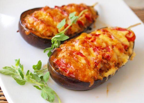 Баклажаныфаршированные помидорами, мясом и сыром в духовке.
