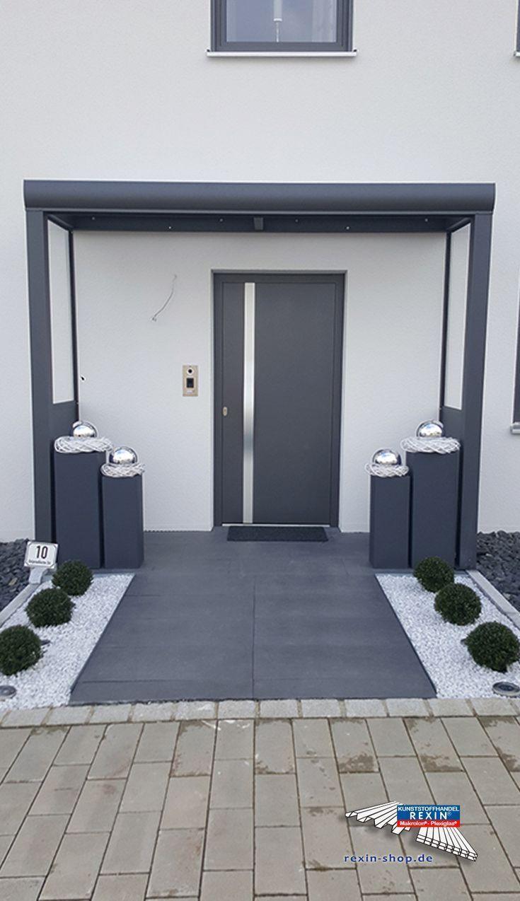Ein Alu-Haustürvordach der Marke REXOvita VSG 3m x 1m in Anthrazit mit Seitenwand Board & Plexi. Dieses Alu-Haustür-Vordach passt perfekt zur modern gestalteten Haustür. Zwei mit hochtransparentem Plexiglas ausgestattete Seitenwände sorgen hier für besonderen Schutz vor Regen, Wind und Zugluft. Ort: Bogen. #Vordach #Aluvordach #REXOvita #Rexin #Haustuervordach #VSG #Plexiglas / Dekopub