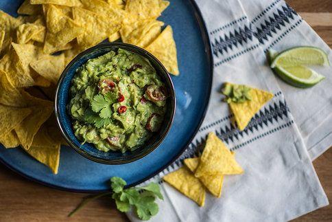 Dnes si z avokáda připravíme klasické guacamole. Stačí jen pár surovin a vykouzlíte fantastický domácí dip vhodný třeba ke kukuřičným nachos.