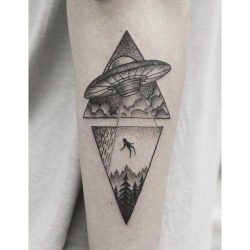 Te mostramos algunos tatuajes del espacio que deberías tener.