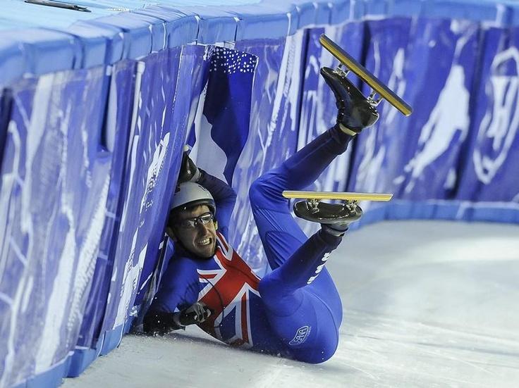 Abflug: Der Brite Jon Eley hat die Kontrolle verloren und rutscht beim Short Track im WM-Rennen über 1000 Meter in die Bande. (Foto: Zsolt Czegledi/dpa)