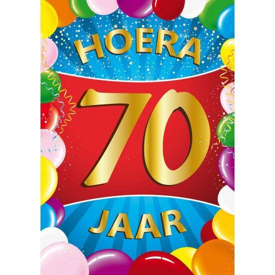 70 jaar mega verjaardagsdeurposter in A1 formaat. Grote deurposter 70 jaar met de tekst: Hoera 70 jaar. A1 formaat: ongeveer 59 x 84 cm.