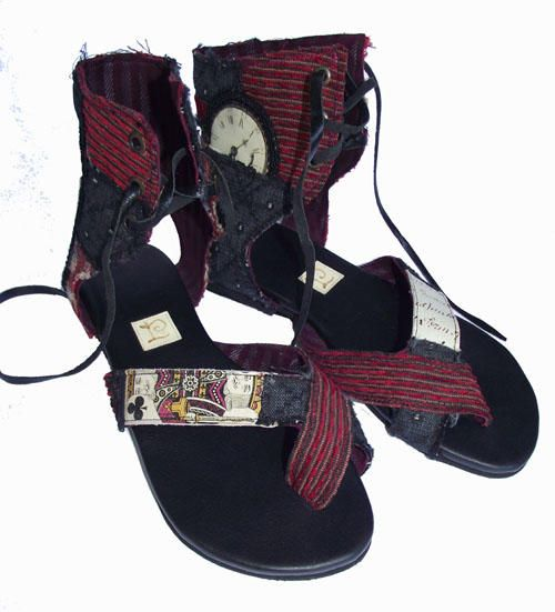 25 лет назад, в 11 апреля 1987 г. Adrian и Jackie открыли свой первый магазин. Это было в маленьком торговом центре в New Farm in Brisbane. И там даже еще не было обуви, там были только футболки, с печатью и вручную разрисованные, свечи и бижутерия. Но это было НАЧАЛО.…