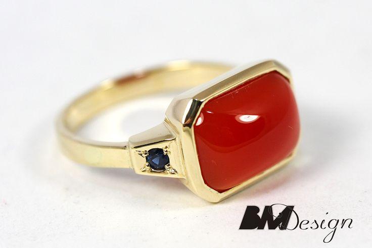Pierścionek z koralem naturalnym pieścionek z koralem i szafirami Rzeszów BM pierścionek z kolorowym kamieniem naturalnym biżuteria na zamówienie autorska biżuteria Rzeszów BM Design złotnik Rzeszów Jubiler Rzeszów Biżuteria Rzeszów