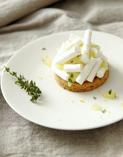 Sablés à la crème au citron et thym frais, bâtons de meringue : À tester...