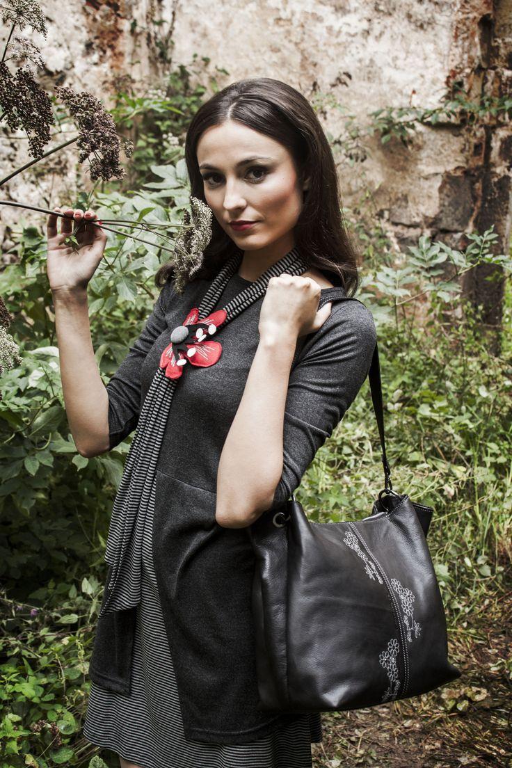Una combinación perfecta: Vestido Giarrusso, bolso Chiusa y botas Lazzareschi