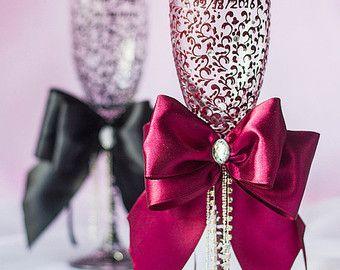 Productos exclusivos de DiAmoreDS son perfectos para su día especial, o como un regalo único para un aniversario o recién casados. Puede utilizar el diseño decoración para fiestas con motivo de cumpleaños, baby shower y otras celebraciones  ❤ Comprar este artículo y obtener en todo el mundo con gastos de envío Conjunto de 2 piezas: -2 diseño flautas de champán  ✔ DiAmoreDS están siempre dispuestos a hacer algo único para usted! Si usted quiere hacer un diseño personalizado, contacte con…