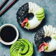 """El surimi o como se traduce del japonés, como """"carne picada"""", es una palabra que hace referencia al producto creado a partir de pescados de carne blanca o aves de corral.Los filetes de pescado son desmenuzados y enjuagados repetidas veces hasta formar una pasta gelatinosa. Esta pasta es mezclada con almidón, clara de huevo, sal, aceite vegetal, azúcar, proteínas de soja y otros condimentos que se empaqueta y congela para dar forma al surimi que conocemos.Te damos 3 recetas sencillas..."""