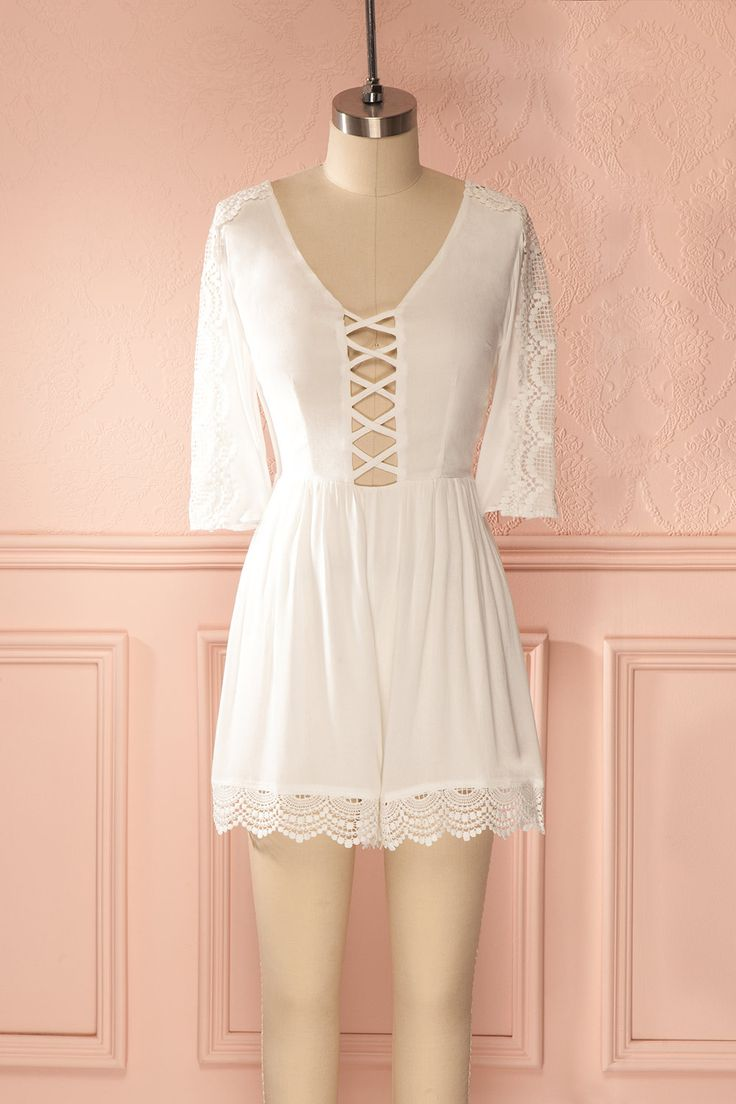 Flamboyante musicienne, laissez-vous aller au rythme de l'été.  Flamboyant musician, let yourself get carried away by the rhythm of the summer. White half-sleeved crochet lace romper www.1861.ca