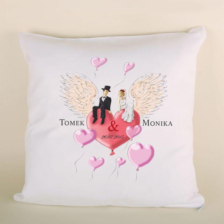 Poduszka ślubna para na sercu ze skrzydłami to doskonały prezent dla bliskiej osoby.